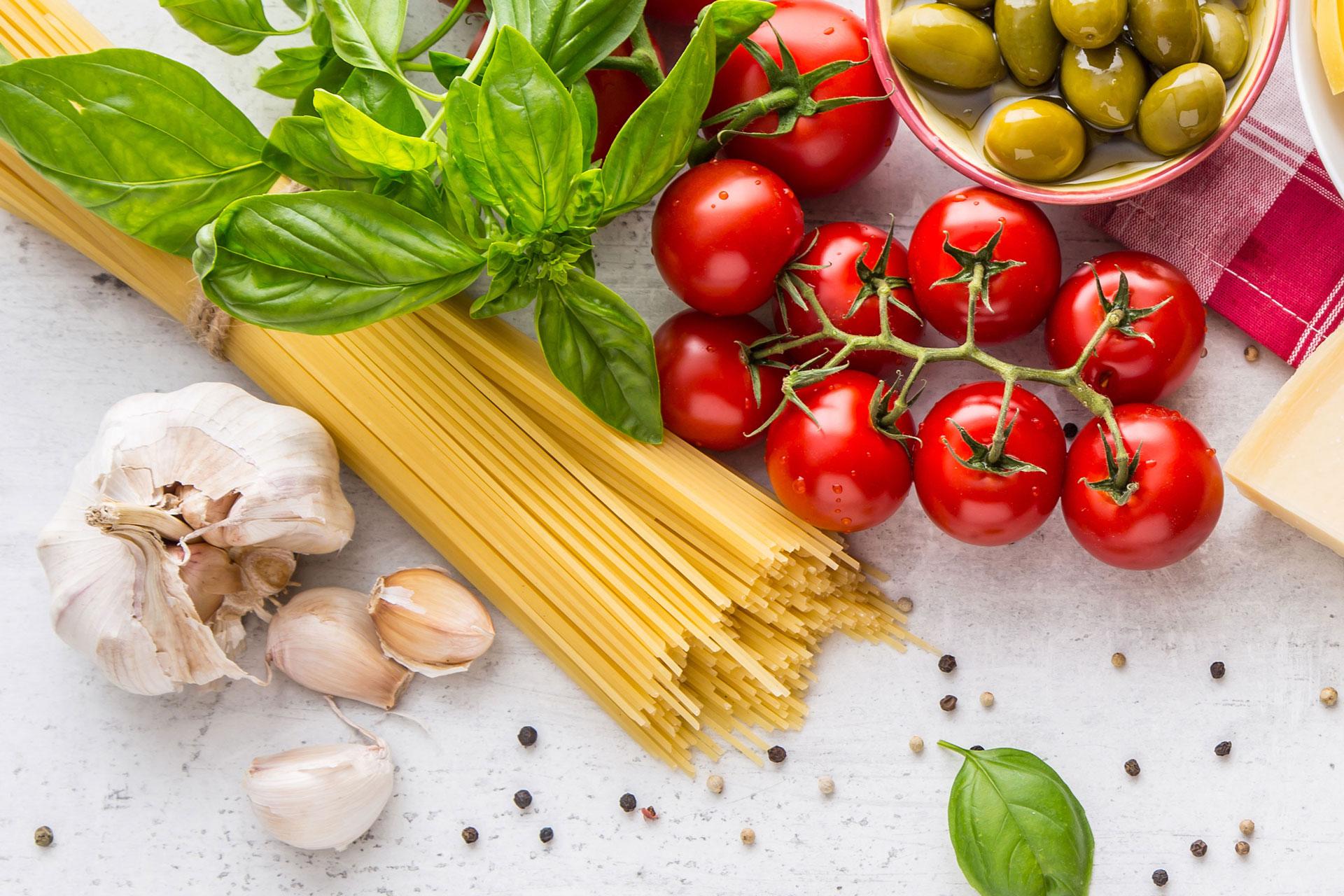 Spaghetti, tomatoes, basil, garlic and olives.